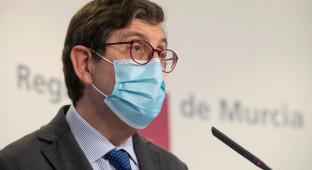 El consejero de Salud murciano, que se vacunó, anuncia que no dimitirá
